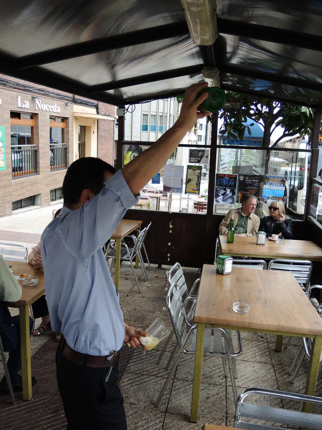 Einschenken von Sidre in Asturien ist ein hohe Kunst, denn nur erfahrene Kelner beherschen. Der Sidre wird hier unmitelbar nach dem Einschenken, noch schäumend getrunken.
