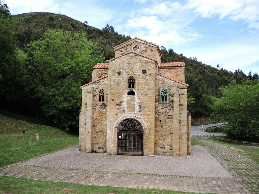San Miguel de Lillo auch aus dem 9 Jh. Beide präromanische Kirchen liegen auf dem Hügel ca. 2 km außerhalb der Stadtkern.