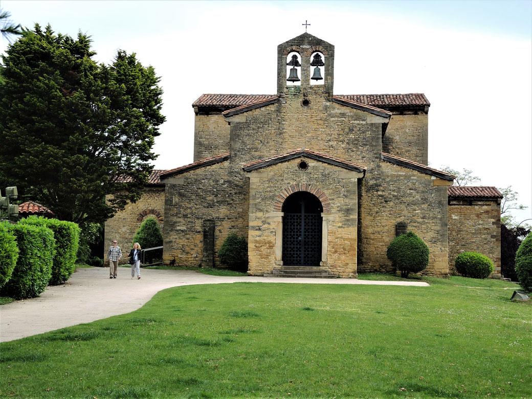 Die dritte preromanische Kirche in Oviedo, San Julian de los Prados liegt in Stadtzentrum.