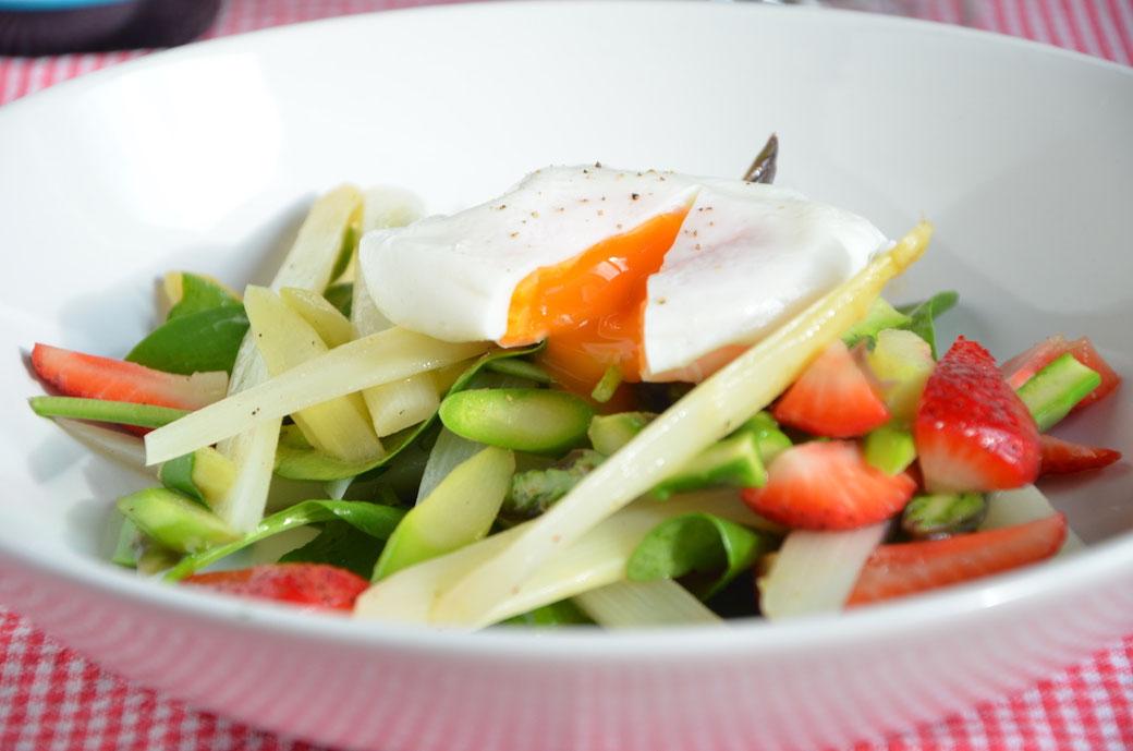 Leckerer Spargelsalat mit Erdbeeren und Babyspinat, der perfekte Salat für den Frühling!