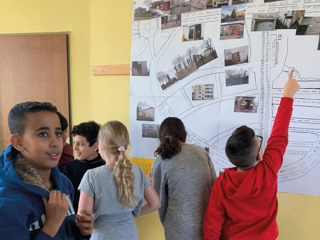 Die Kinder der Offenen Ganztagsschule Kopernikusstraße zeigen ihre großartige subjektive Landkarte von Buchforst.