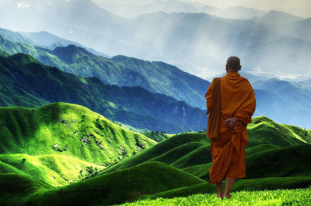 Tibet grünes Gebirge meditativ buddhistischer Mönch