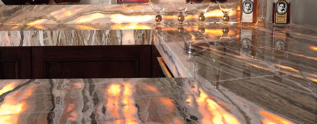 Natūralaus onikso akmens sienos ir barai būna laidūs šviesai ir suteikia prabangos restoranų interjerui