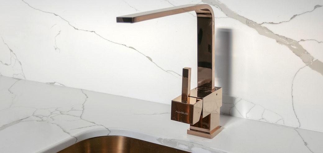 Kvarcinio akmens stalviršis ir sienelė - itin praktiškas ir puošnus derinys virtuvėje