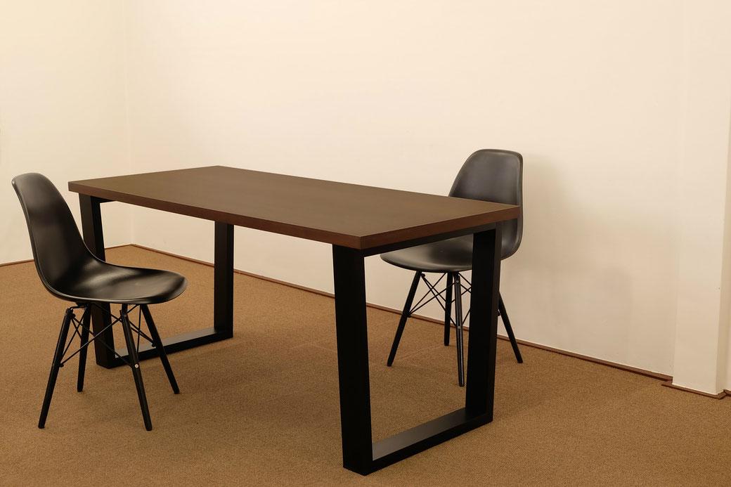 ウォールナットダイニングテーブル。ミッドセンチュリー調のシャープなデザインで木製脚、サイズや色の特注オーダーが可能。