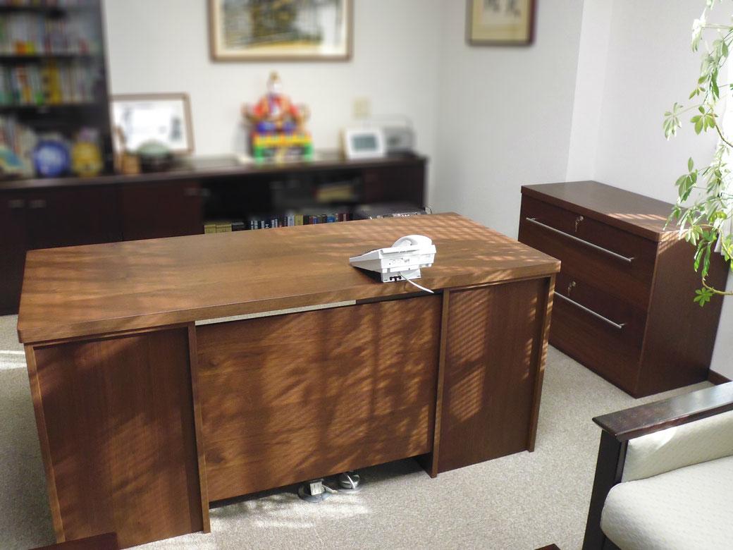 高級ウォールナットエグゼクティブデスク。サイズや色の特注オーダーが可能。社長室の机に最適。