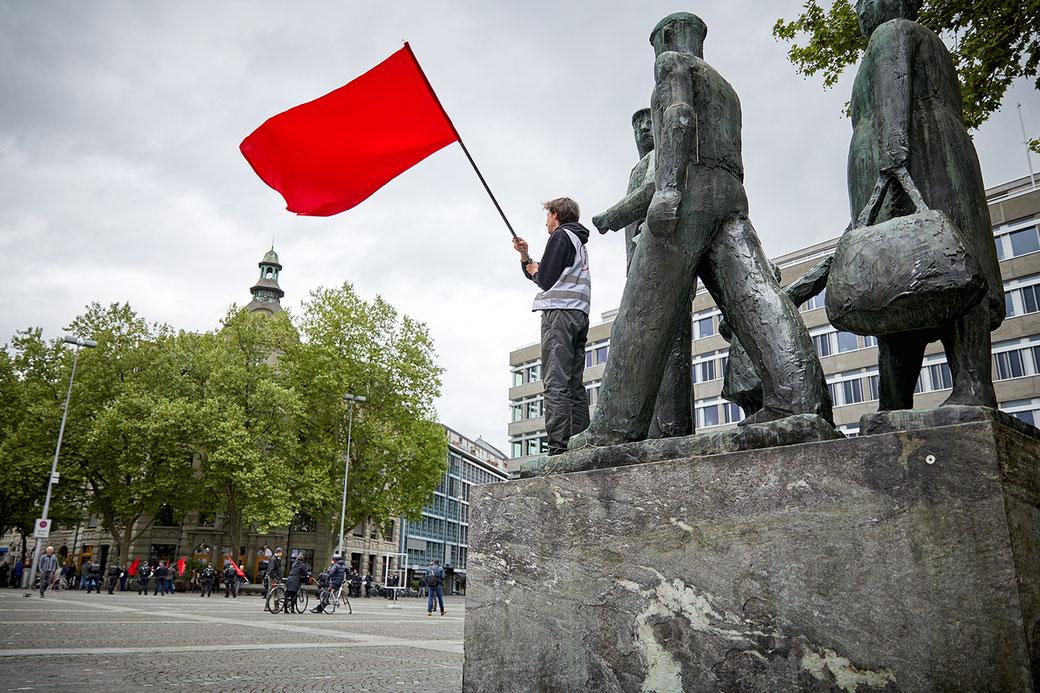 Einsamer 1. Mai-Demonstrant beim «Denkmal der Arbeit» auf dem Zürcher Helvetiaplatz