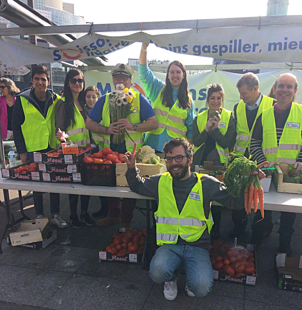 l'association Les Moissons Solidaires assure la collecte et la distribution gratuite de fruits et légumes