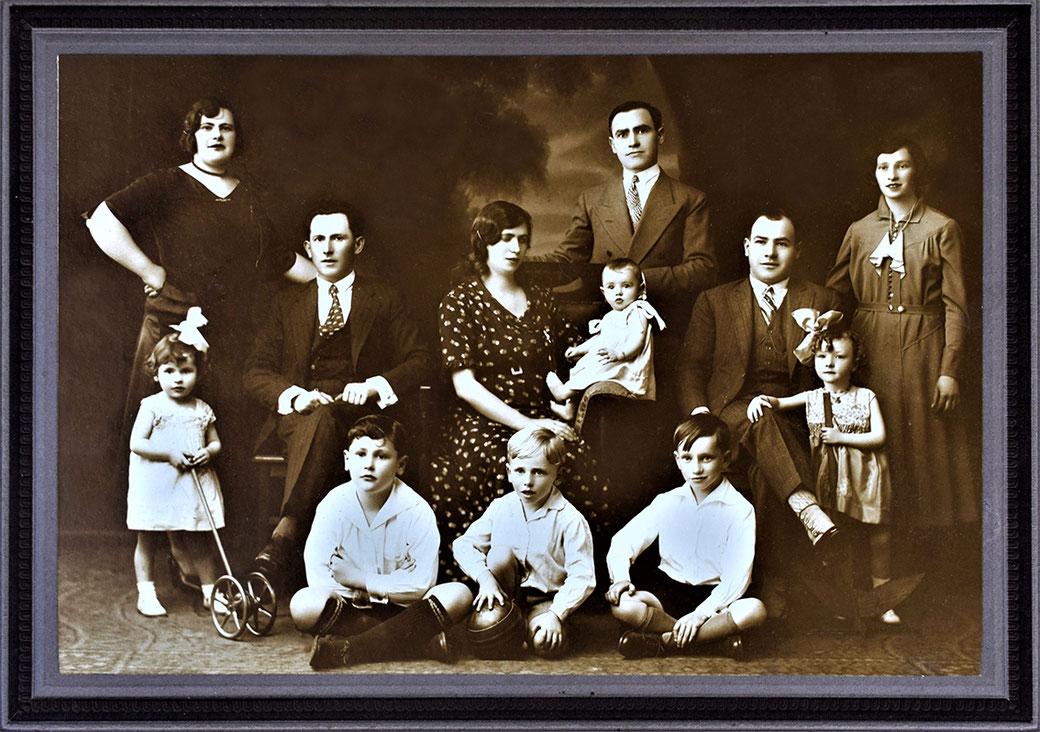 Family photo, Names Family Kotek or Wiskitki |   Year: 30's  Colección: xxxx  Estudio: Foto Colombo