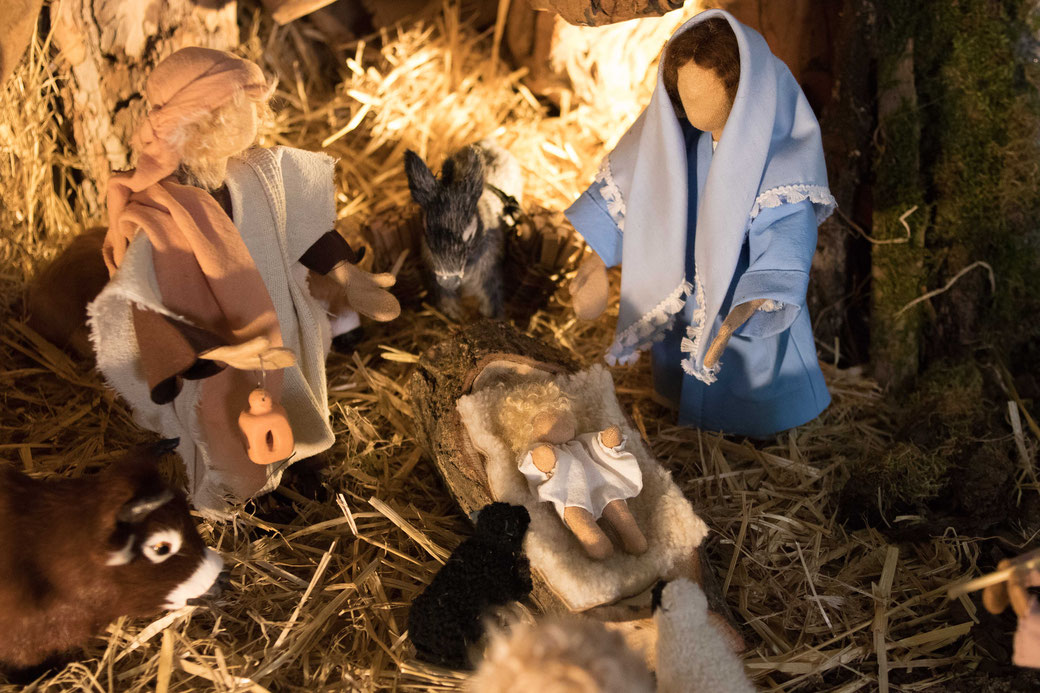 Die Weihnachtskrippe in der katholischen Kirche Sankt Michael Einhausen – natürlich mit Ochs und Esel