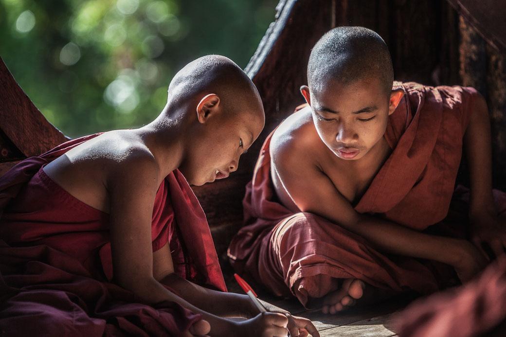 Jonge monniken op school aan het Inle Lake Myanmar © Jurjen Veerman