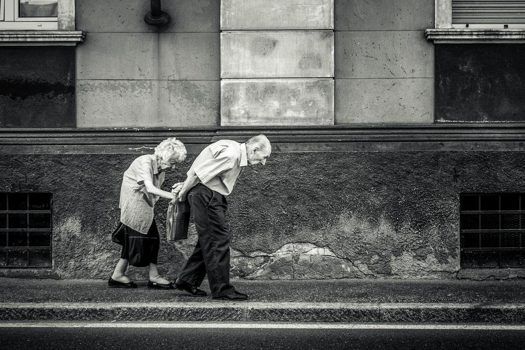 Vertederend straatbeeld van ouder echtpaar in Aosta, Italië © Jurjen Veerman