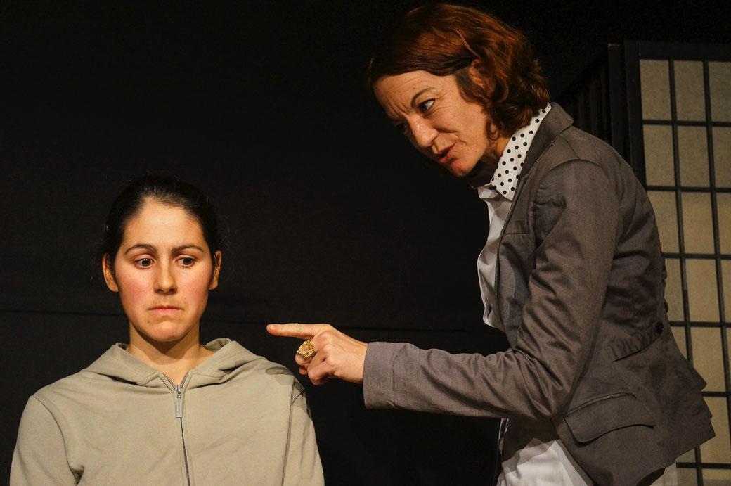 Gewalt erzeugt Gewalt. Wer ist Opfer, wer der Täter? Jeanne Zaugg und Deborah Lanz legen im Psychothriller «Die Wespe» eine mitreissende Performance ab. Foto: Nora Devenish
