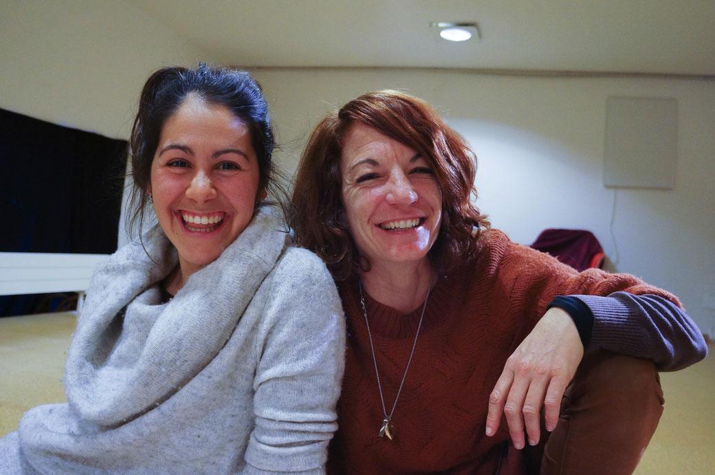 Die beiden Schauspielerinnen Jeanne Zaugg und Deborah Lanz präsentieren das gesellschaftskritische Stück «Die Wespe» im Schlosskeller Interlaken. Foto: Nora Devenish