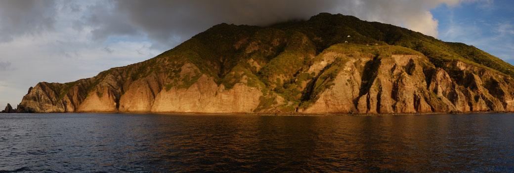 Die Westküste von Saba, von der Ankerboje aus gesehen