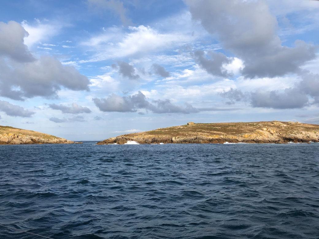 Die Islas Sisargas, eher klein, offen und zumeist dem rauen Nordwind ausgesetzt. Bei passendem Wetter kann man trotzdem für die Nacht Schutz finden.