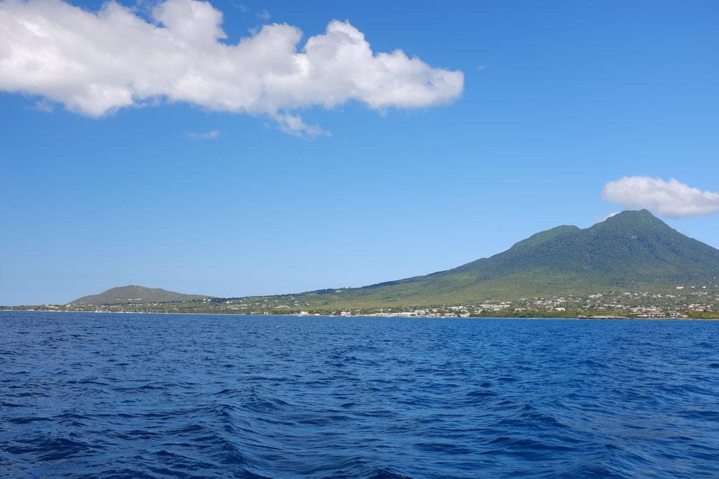 Eine Insel mit zwei Bergen und dem tiefen blauen Meer. Ohne Tunnels und Geleisen und ohne Eisenbahnverkehr... (Später fällt uns auf, dass die Nachbarinsel St Kitts tatsächliche eine Eisenbahn hat. Und zwei Berge.)