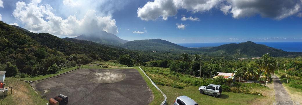 Blick vom Montserrat Volcano Observatory um Corpus Delicti