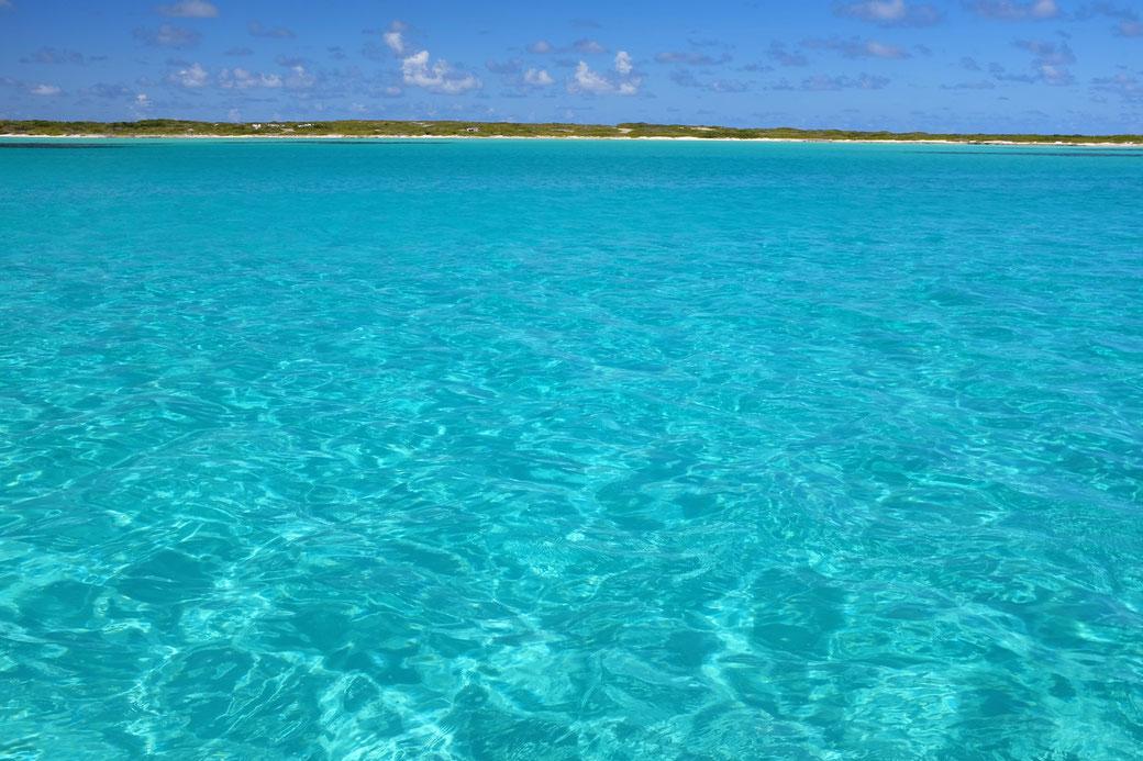 White Bay vom Boot aus. 3 m Wassertiefe, perfekter Sandgrund.