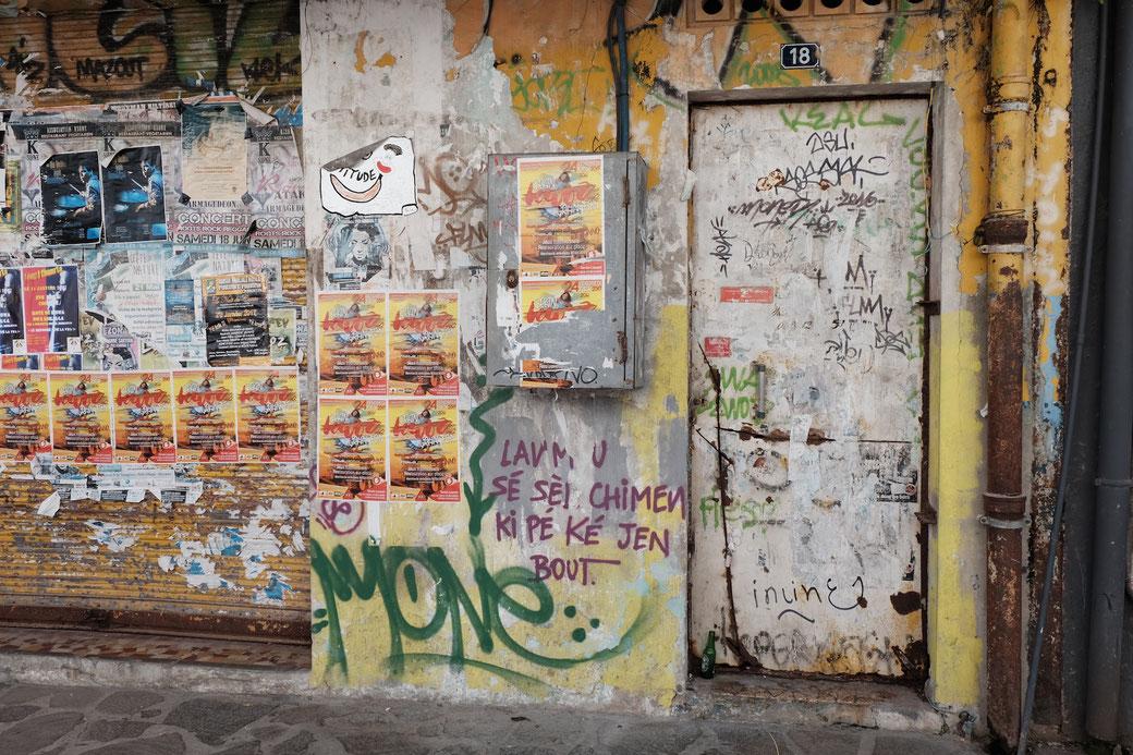 Tür vor einem Club in Pointe a Pitre