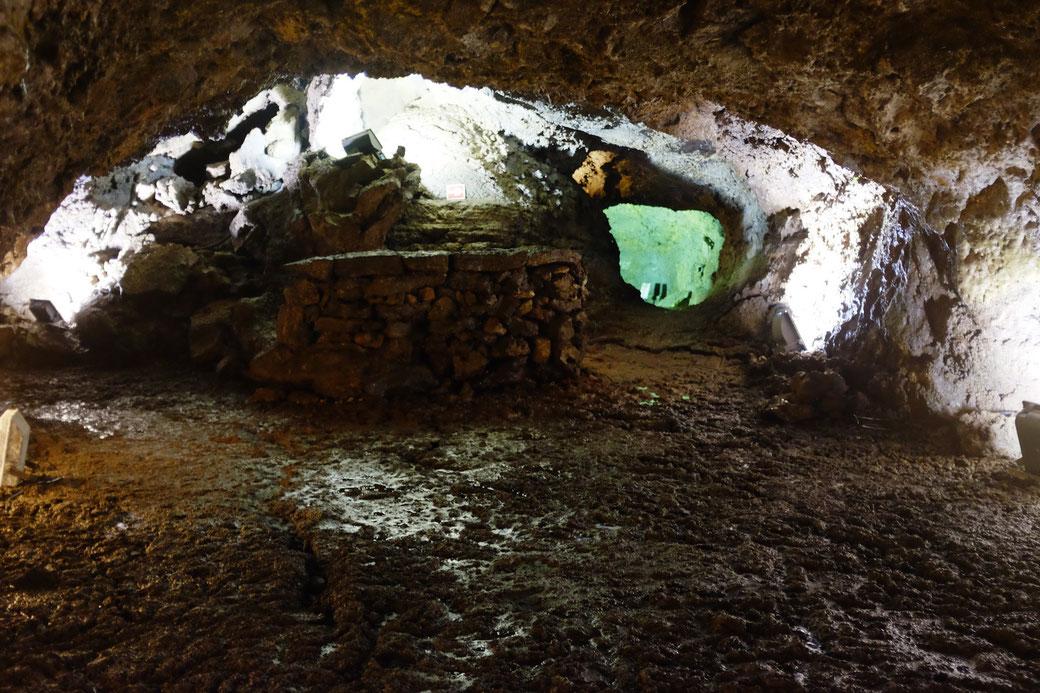 Altar in der Mitte der Weihnachtsgrotte