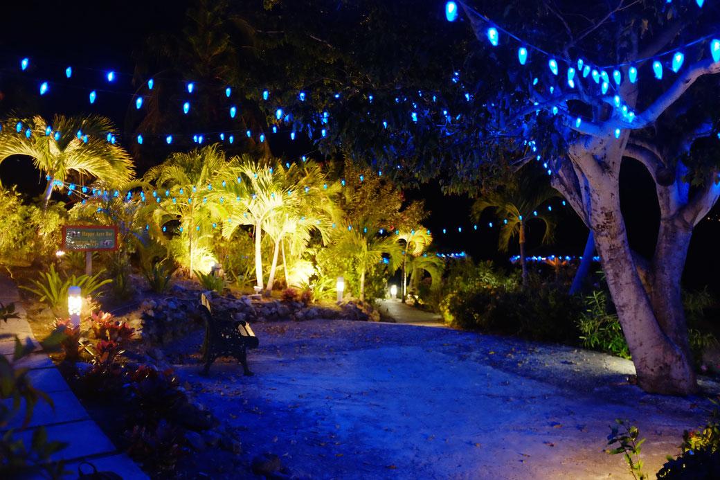 Nette Beleuchtung auf dem Weg von der Happy Arrrr Bar runter zum Strand