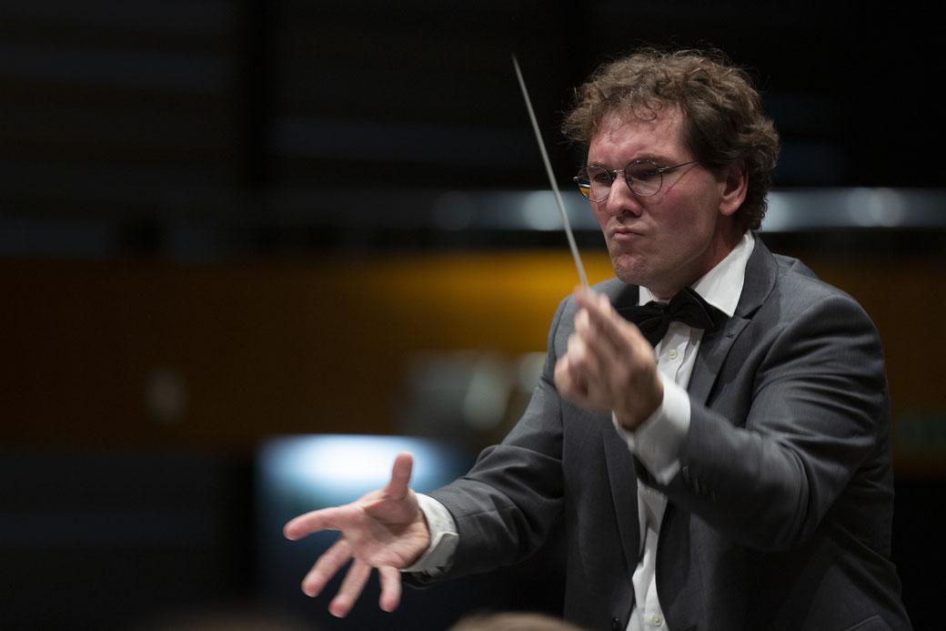 Der Gastdirigent Wolfgang Nussbaumer dirigiert das Jugendblasorchester VBJ.