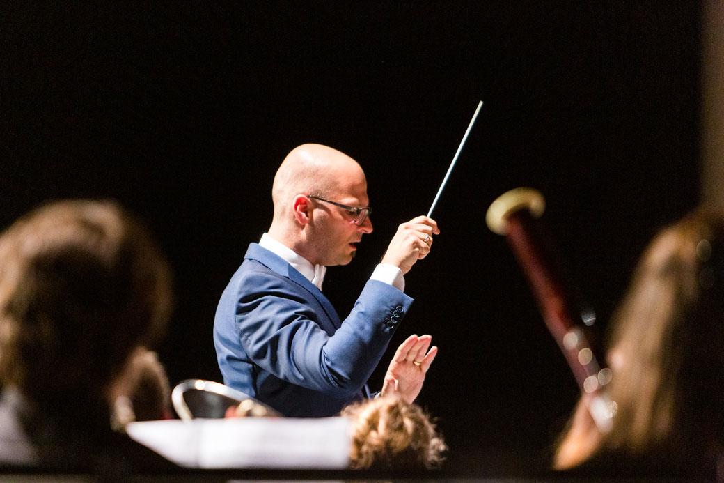 Der Musikalische Leiter Marco Nussbaumer dirigiert das Jugendblasorchester VBJ.