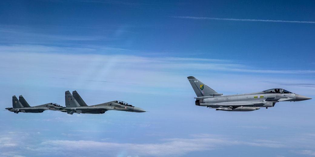 Due Flanker al seguito di un Eurofighter della RAF. (Foto Royal Air Force)