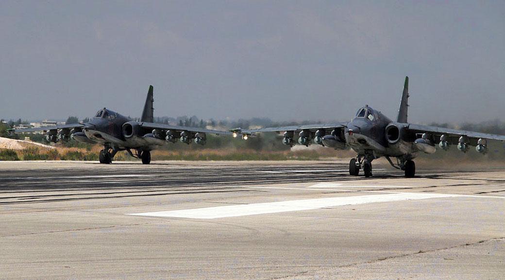 Una coppia di Su-25 in decollo. Questi caccia per missioni CAS sono usati anche come ricognitori.