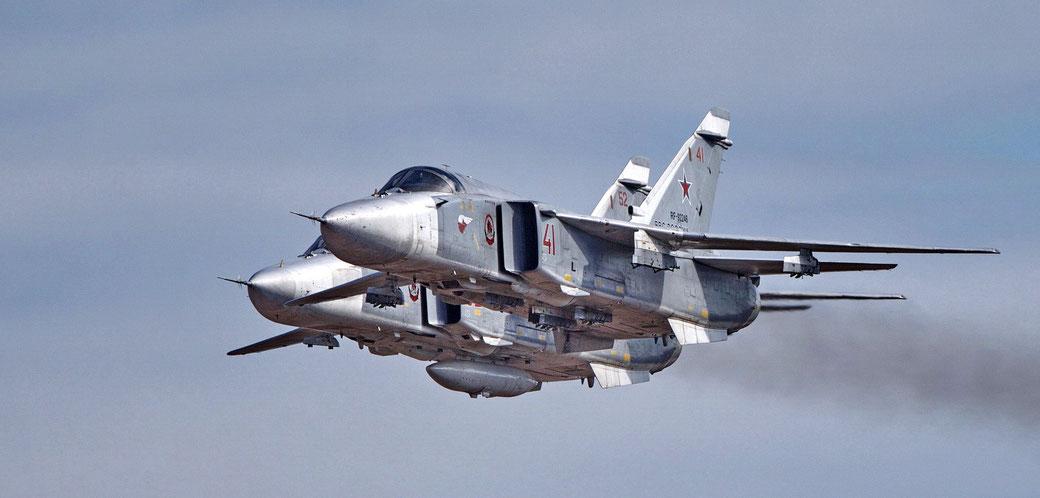 """Una coppia di cacciabombardieri Suckhoi Su-24 """"Fencer""""/ © Suckhoi"""