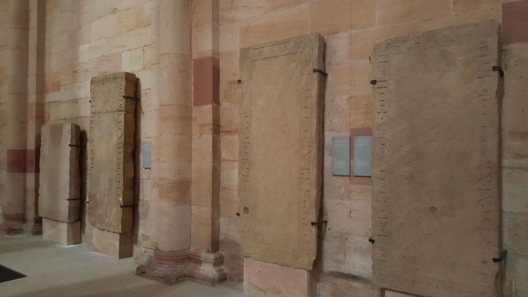 Grabplatten an der Südwand im südlichen Seitenschiff