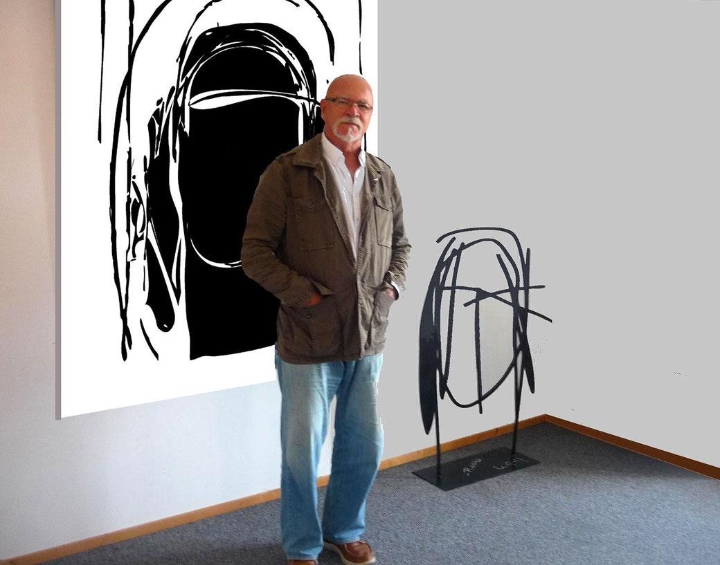 Jean-Claude Le Gall pose devant ses réalisations. Sculpture et tableau contemporain, créations originales.