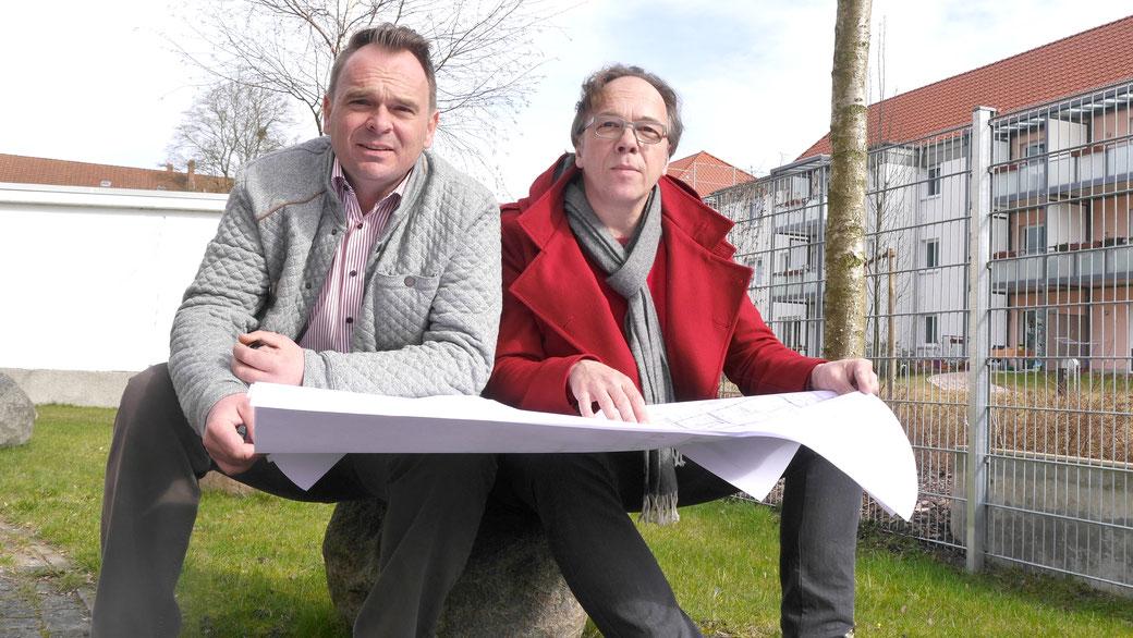 WICHMANN-Geschäftsführer Michael Herrmann (links) mit Architekt Karsten Stumpf vor dem Baufeld zwischen Ludwig-Hölty-Straße, Heese und Hattendorffstraße. Wenn alles gut läuft, geht´s noch dieses Jahr los mit ganz kurzer Bauzeit.