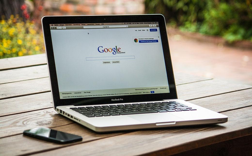 Suchmaschinenoptimierung SEO. Ein Laptop, aufgeklappt mit der Google Suche im Browser.