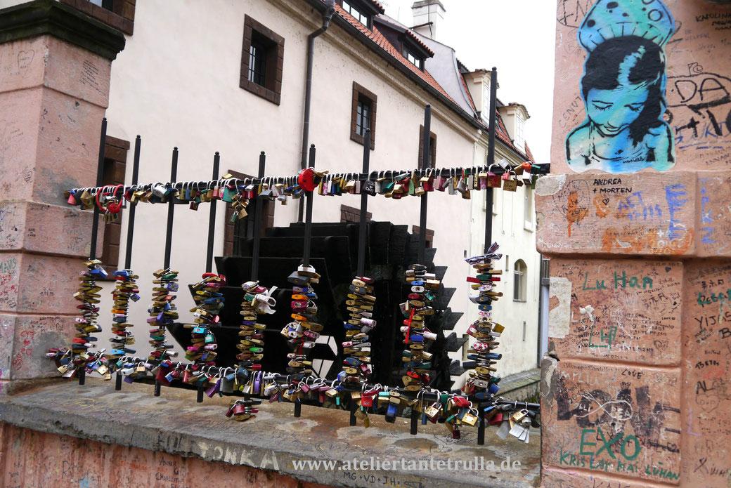 Schlösser und Graffiti an einer Brücke in Prag