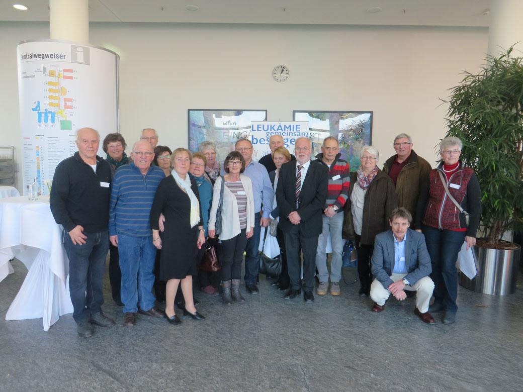 Zum Abschluss stellten sich die Passauer Teilnehmer mit Straubinger Freunden, der Organisatorin Christa Burggraf (sechste von links) und Prof. Dr. Ernst Holler (sechster von rechts) dem Fotographen.