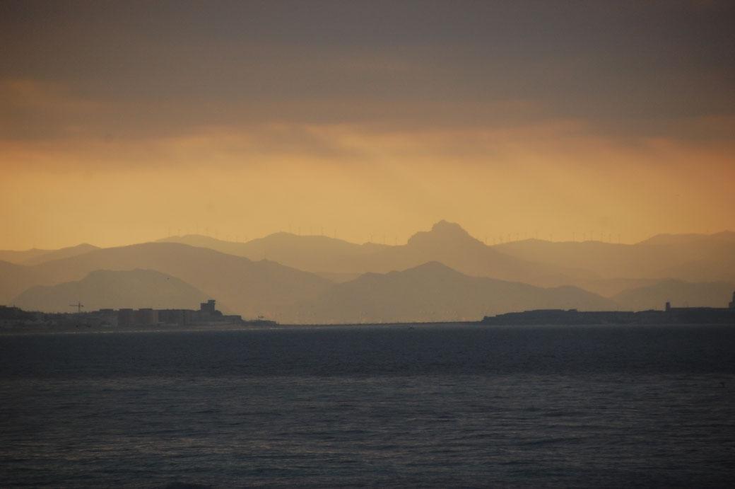 Rehts Tarifa, links die kleine Insel, dahinter Afrika, geheimnisvoll, dunkel, zauberhaft....