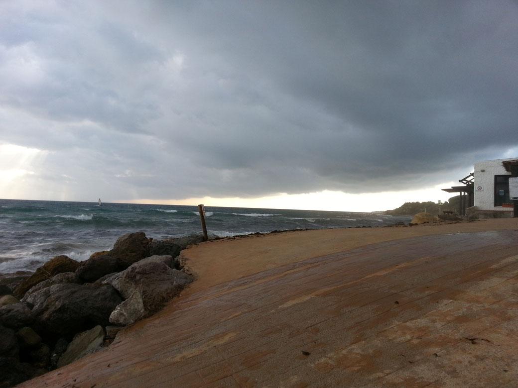 zwischen dem Surfer und dem Pfosten, am unteren Ende der dunklen Wolke hat sich eine Windhose gebildet, habs leider zu spät gesehen, da war leider nur noch ein kleiner Zipfel übrig.