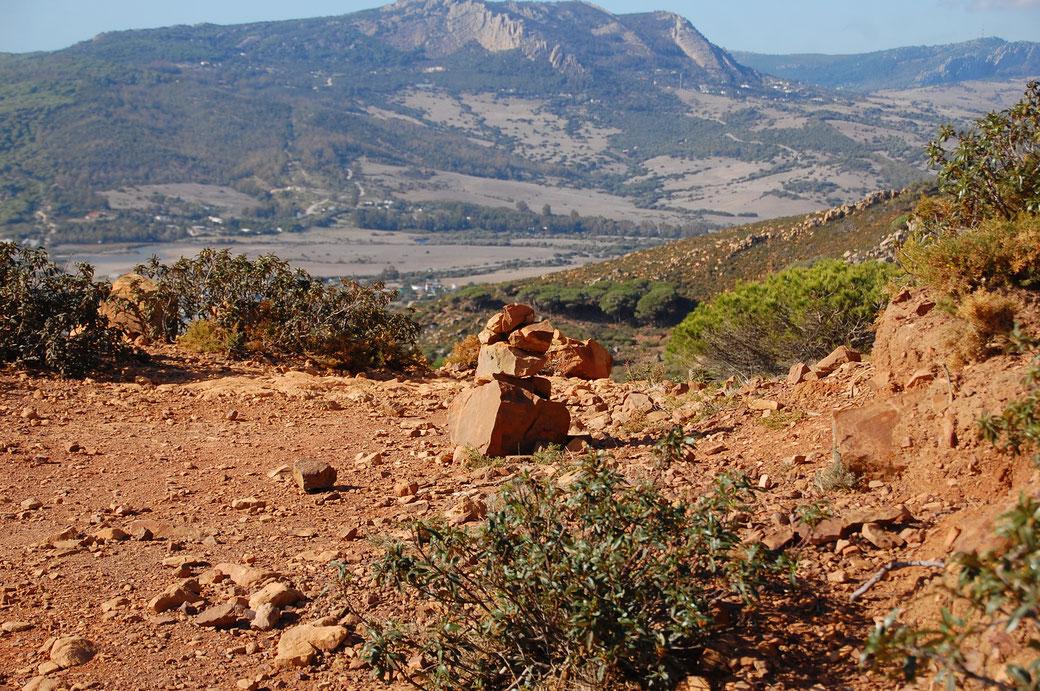 Steinmännchen säumen den Weg zu Buddha