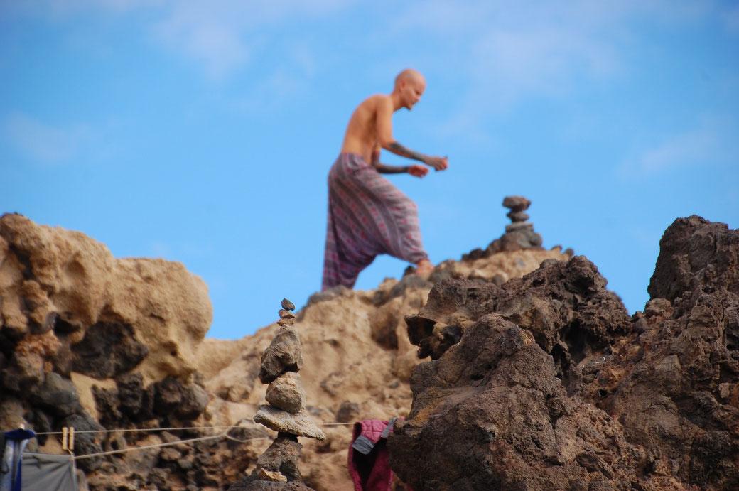 ...dann baut er Steintürmchen, oder jongliert mit seiner Kryptonit- Kugel.