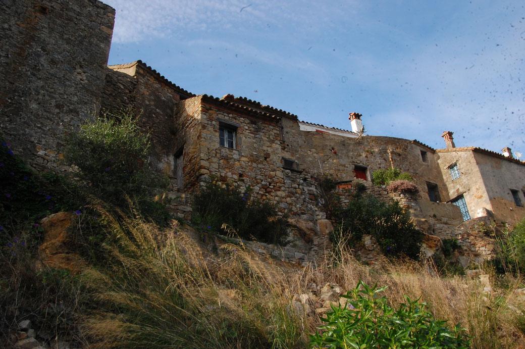 In die Außenmauer sind kleine Häuser integriert.
