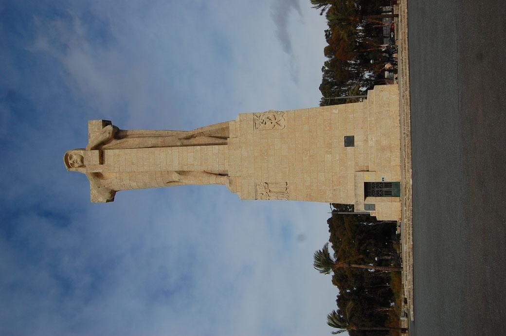 """Auch dieser Knilch aus Huelva weigert sich aufzustehen. Willst du Statue stehen sehn, musst Du nur den Bildschirm drehen. El Gordo meint: """" Mio schlechto von gereimo,caracho!"""