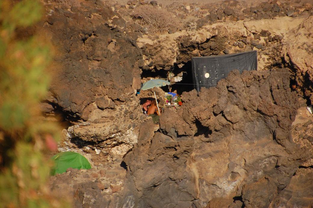 Die Höhle von Marc war heute Treffpunkt zum Jammen, unterhalb das Zelt von Olmo.