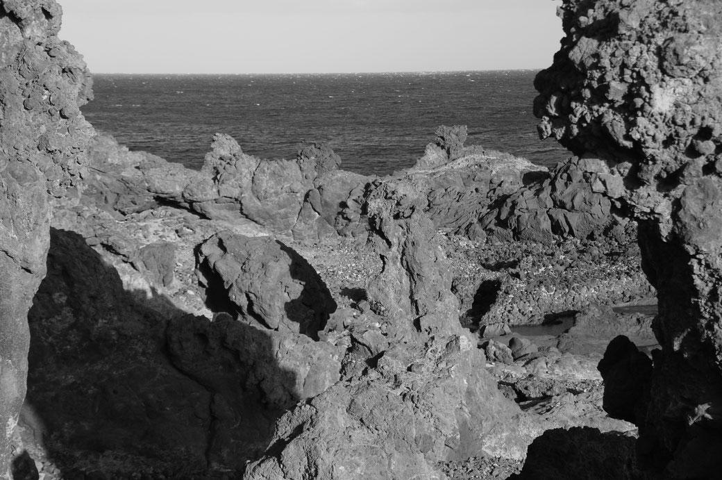 Die ursprünglichkeit dieser Küste wirkt schwarz/weiß noch bizarrer find ich.....