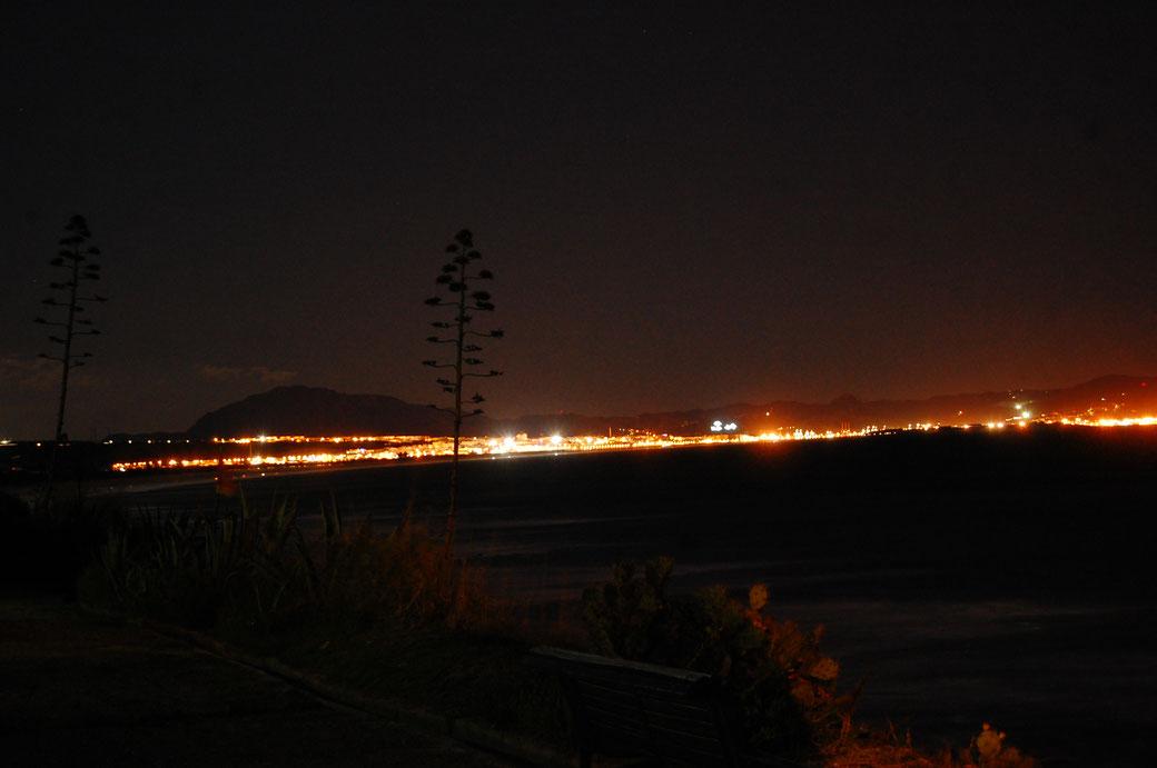 Tarifa bei Nacht, im Hintergrund die Küste Afrikas, Marokko...