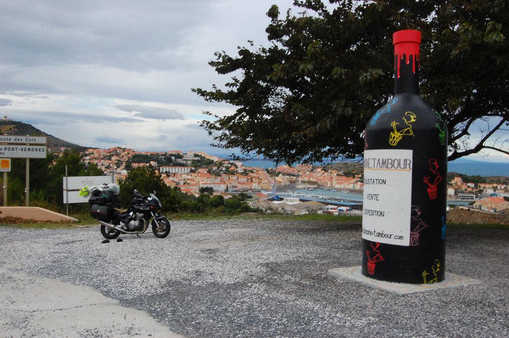 Kurz vor der spanischen Grenze. Dieses Fläschchen füllt einen ganzen Weinkeller aus.