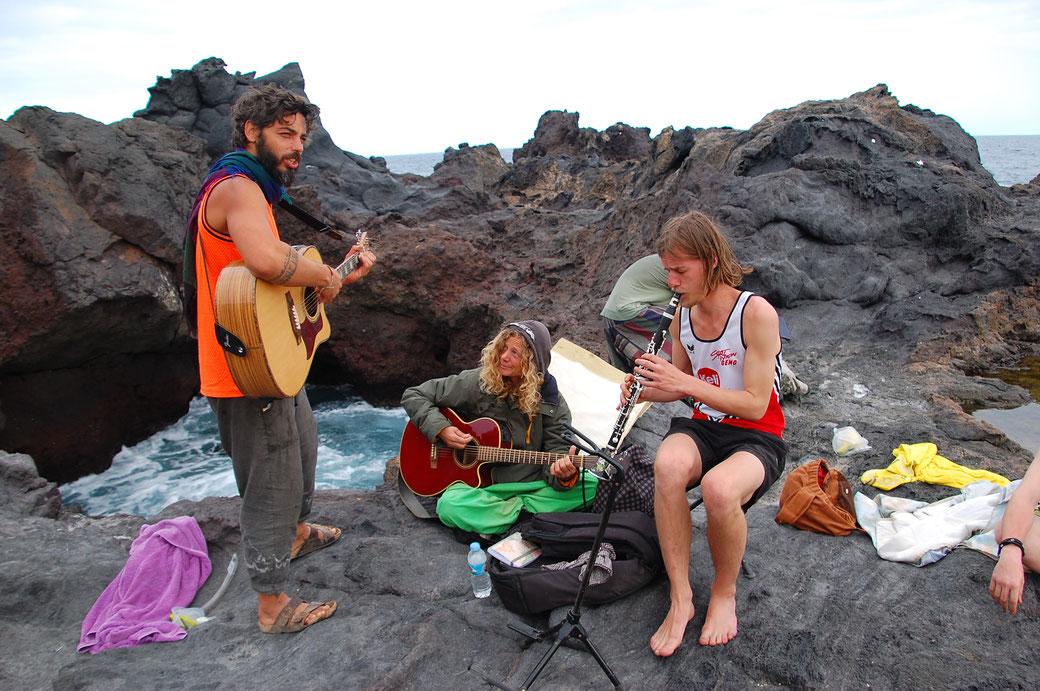 Als die drei gejammt haben war ebenfalls Gänsehaut angesagt. Valeria, eine Höhlenbewohnerin/ Strassenmusikerin aus Italien mit Klassischer Ausbildung an der Gitarre, Michael aus Linz, Profimusiker an der Klarinette.... WOW!!!
