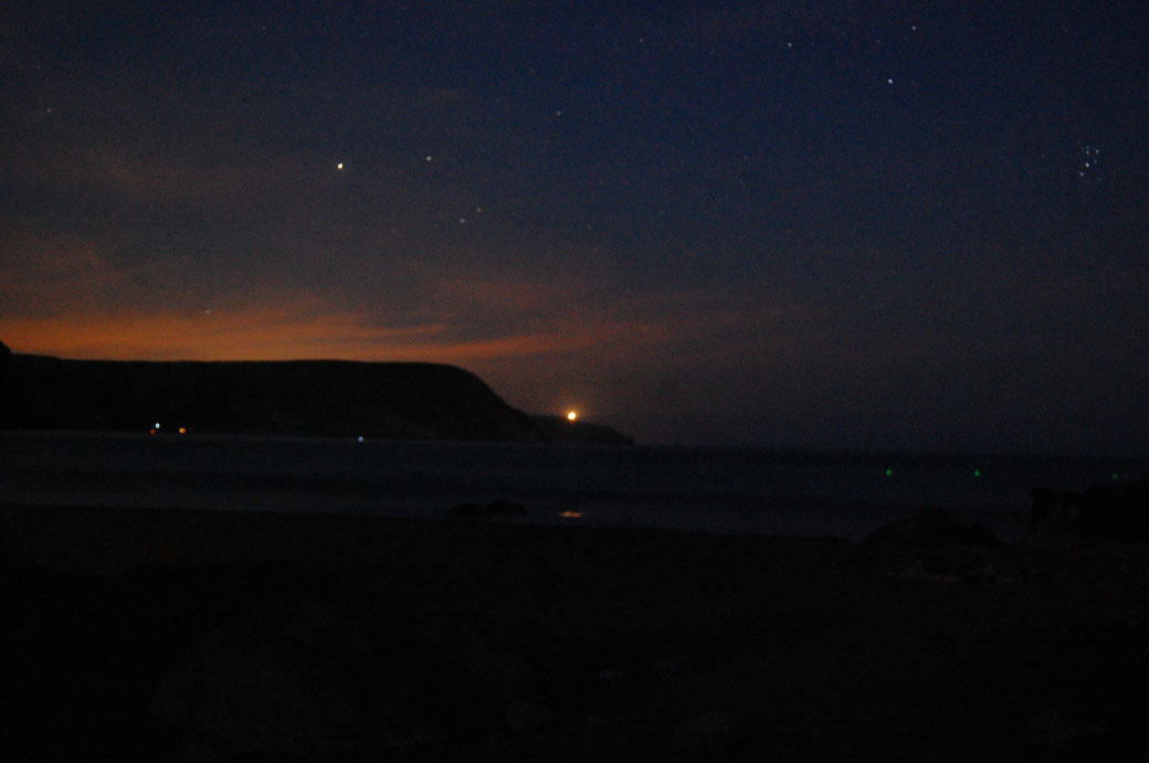 Nein, die Heuschrecken leuchten nicht, das sind die Sterne über dem Strand von Las Negras. Der Himmel ist so klar, man kann sogar das Ersatzrad vom kleinen Wagen sehen.