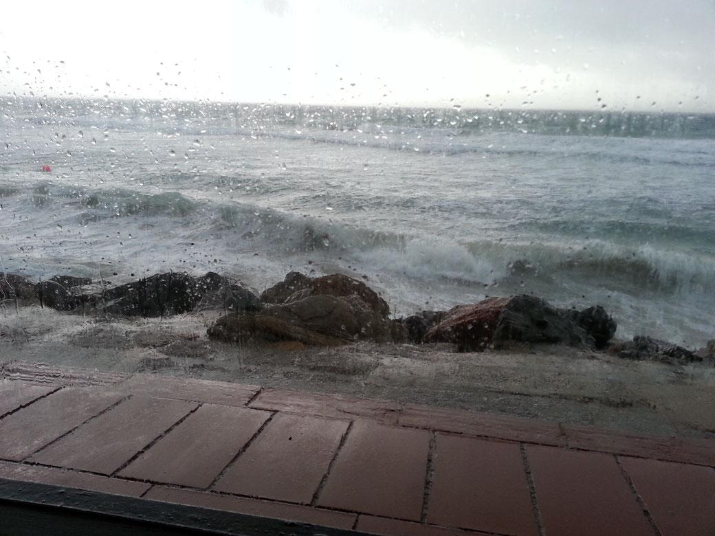 Das Wetter heute morgen, Sturm, Starkregen, Gewitter.... Die Surfer freuts! Wir bleiben noch eine Nacht, morgen solls besser werden.